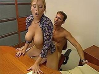 Ебёт секретаршу 3gp порно ролик. фото видео порно на телефоны.